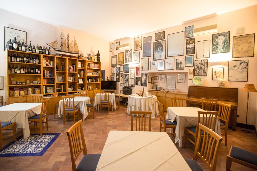 Ambienti interni del living bar dell''Hotel Umberto a mare